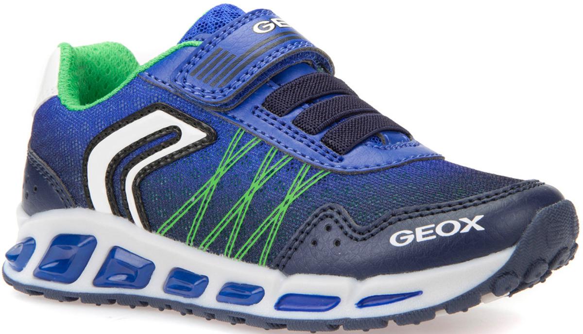 Кроссовки для мальчика Geox, цвет: темно-синий, индиго. J8294B014BUC4226. Размер 37J8294B014BUC4226Кроссовки от Geox в спортивном стиле со встроенной в прозрачную подошву подсветкой и кнопкой включения на внутренней стороне щиколотки. Запатентованная перфорированная подошва обеспечивает максимальную воздухопроницаемость и комфорт. Подкладка из особой сетчатой ткани и сетчатая стелька, которая является съемной в целях гарантии практичности и гигиеничности при использовании, обеспечивают максимальную воздухопроницаемость и комфорт. Подошва из термопластичной резины гарантирует хорошее сцепление, прочность и гибкость. Застежка на ремешок с липучкой и эластичный шнурок обеспечивает легкое надевание.