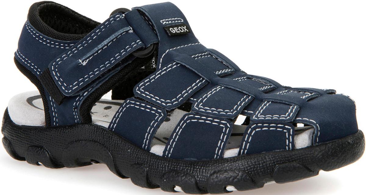 Сандалии для мальчика Geox, цвет: темно-синий, черный. J7224C05011C0045. Размер 37J7224C05011C0045Чрезвычайно удобные многофункциональные босоножки. Запатентованная перфорированная подошва обеспечивает максимальную воздухопроницаемость и комфорт. Замшевая стелька обеспечивает комфорт и постоянное ощущение сухости ног. Подкладка из микросетки повышает воздухопроницаемость. Резиновая подошва сочетает в себе хорошее сцепление, прочность и гибкость. Застегиваются на одну липучку, что облегчает надевание.