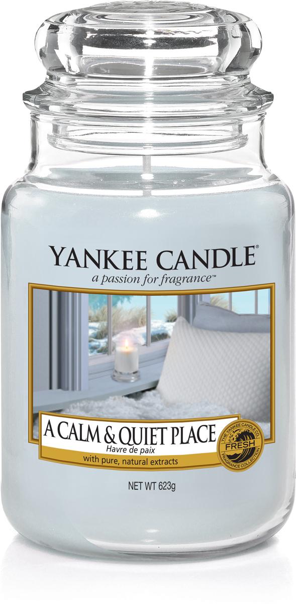 Свеча ароматизированная Yankee Candle Тишина и спокойствие, 623 г1577119EАроматизированная свеча украсит романтический вечер, а также послужит прекрасным подарком. Насладитесь идеально сбалансированным ароматом нежного жасмина, пачули и теплого янтарного мускуса.110-150 часов горения. Верхняя нота: Листья мандаринового дерева.Средняя нота: жасмин, кедр.Базовая нота: Пачули, сандаловое дерево, янтарный мускус.