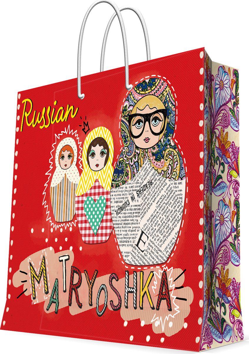 Пакет бумажный Magic Home Матрешки на красном , 18 х 23 см77265Бумажный пакет для сувенирной продукции - это стильный и практичный вариант упаковки подарка. Авторский дизайн, красочное изображение, тематический рисунок - все слагаемые оригинального оформления подарка. Окружите близких людей вниманием и заботой, вручив презент в нарядном, праздничном оформлении. Пакет с ламинацией изготовлен из плотной бумаги. Для удобства переноски имеются две веревочные ручки. Дно и верхний край укреплены картоном. Красивый подарочный пакет придаст дополнительный запоминающийся эффект от подарка или покупки.