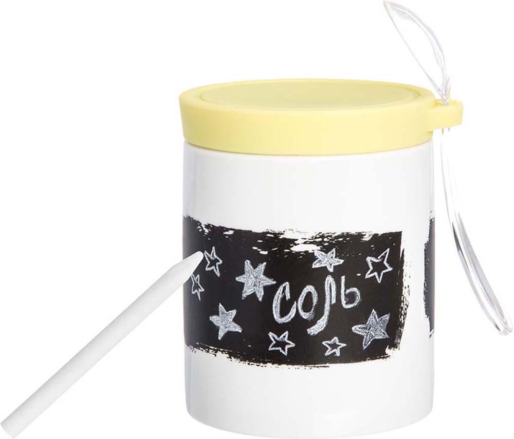 Банка для специй Elan Gallery, с наклейкой, ложкой, карандашом и крышкой, цвет: белый, лимонный, 350 мл900020Банка для специй с ложкой, грифельной полосой и карандашом - совершенно незаменимая вещь на каждой кухне, ведь грифельная полоса позволяет менять название на банке, когда вам этого захочется. Надпись легко стирается, а карандаша хватает на огромное количество надписей.Крышка банки плотно закрывается и специи и даже кофе не теряют аромата, а благодаря силикону - легко и удобно открывается.Объем банки 350 мл позволяет хранить не только специи, но и крупы, кофе и чай.Прекрасный многофункциональный современный подарок. Яркие или пастельные оттенки силиконовых крышек наполнят вашу кухню цветом и уютом. Также в серии фарфоровой посуды с силиконовыми элементами представлены кружки с крышками-подставками, кружки с металлическим ситом, наборы для специй, ступки— современные, яркие и очень удобные кухонные аксессуары, которыми приятно пользоваться и приятно дарить.
