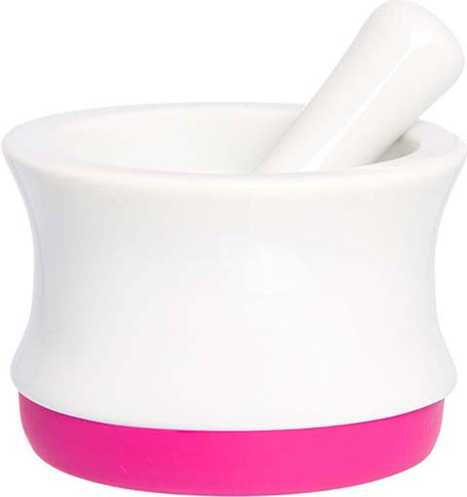 Ступка с пестиком Elan Gallery, с подставкой, цвет: белый, ярко-розовый, 7,5 х 7,5 х 5,3 см900030Ступка для измельчения специй с силиконовым основанием и пестиком объемом 60 мл выполнена из высококачественногопрочного фарфора, а благодаря силикону в основании очень устойчива и не скользит по любой поверхности. В ступке можно измельчать травы, специи, давить чеснок и ягоды для соусов. Пестик с одной стороны покрыт слоем эмали, а с другой немного шершавый для лучшего сцепления с внутренней поверхностью ступки и быстрого и качественного результата. Яркие или пастельные оттенки силиконовых оснований наполнят вашу кухню цветом и уютом. Также в серии фарфоровой посуды с силиконовыми элементами представлены кружки с крышками-подставками, кружки с металлическим ситом, наборы для специй, банки для хранения с грифельной полосой для надписей — современные, яркие и очень удобные кухонные аксессуары, которыми приятно пользоваться и приятно дарить.