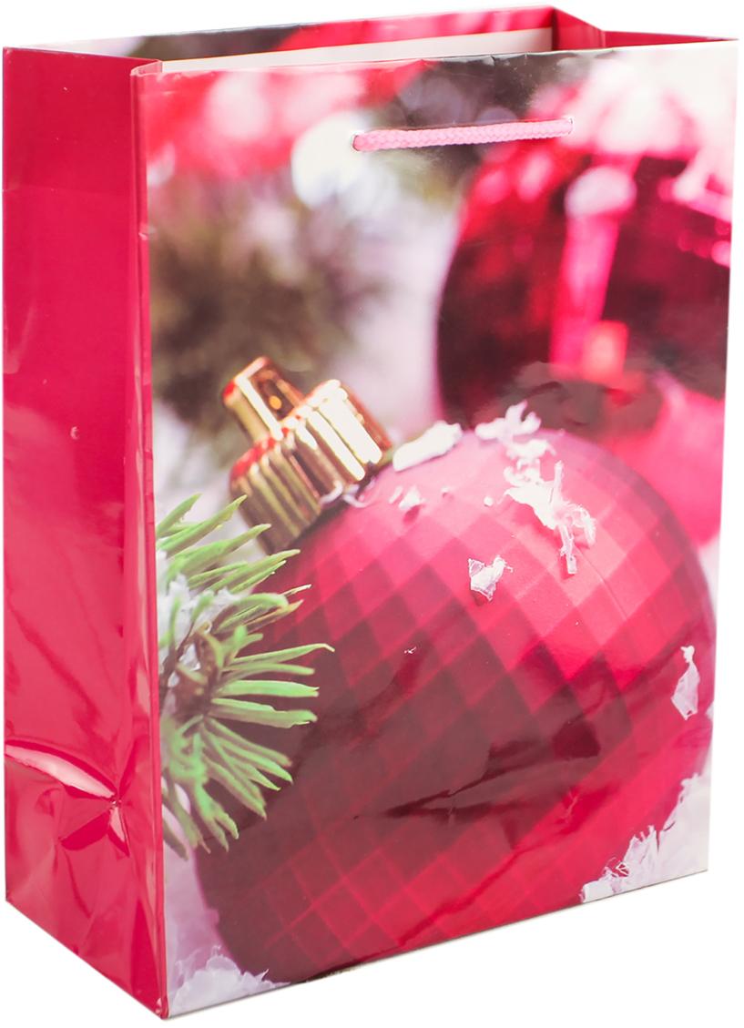 Пакет подарочный Игрушки на елку, цвет: малиновый, 18 х 8 х 23 см. 26400002640000Любой подарок начинается с упаковки. Что может быть трогательнее и волшебнее, чем ритуал разворачивания полученного презента. И именно оригинальная, со вкусом выбранная упаковка выделит ваш подарок из массы других. Она продемонстрирует самые теплые чувства к виновнику торжества и создаст сказочную атмосферу праздника. Пакет подарочный Игрушки на елку - это то, что вы искали.
