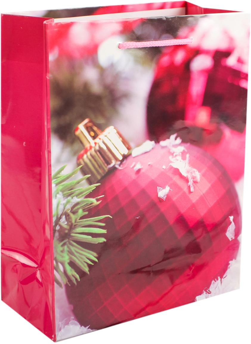 Пакет подарочный Игрушки на елку, цвет: малиновый, 26 х 10 х 32 см. 26400372640037Любой подарок начинается с упаковки. Что может быть трогательнее и волшебнее, чем ритуал разворачивания полученного презента. И именно оригинальная, со вкусом выбранная упаковка выделит ваш подарок из массы других. Она продемонстрирует самые теплые чувства к виновнику торжества и создаст сказочную атмосферу праздника. Пакет подарочный Игрушки на елку - это то, что вы искали.