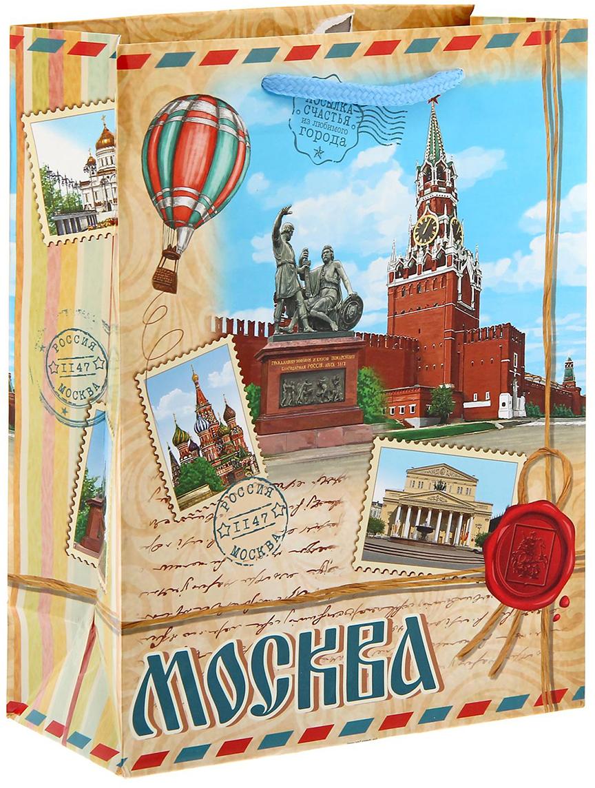 Пакет подарочный Москва, цвет: мультиколор, 8 х 18 х 23 см. 11269811126981Вы привозите родным и близким сувениры из путешествий? Оформить подарок поможет эксклюзивная упаковка с символикой города. Ламинированный бумажный пакет - один из самых популярных видов подарочной упаковки. Он красивый, прочный и надежный. Изделие выдержит вес до 3 кг. На пакете изображены достопримечательности Москвы, столицы России. Город основан в 1147 году князем Юрием Долгоруким. Главным символом Москвы является Кремль - сердце страны, древнейшая резиденция всех правителей и сокровищница, которая хранит память о многих событиях и людях, создававших судьбу России. Такой пакет станет достойным обрамлением любого подарка.