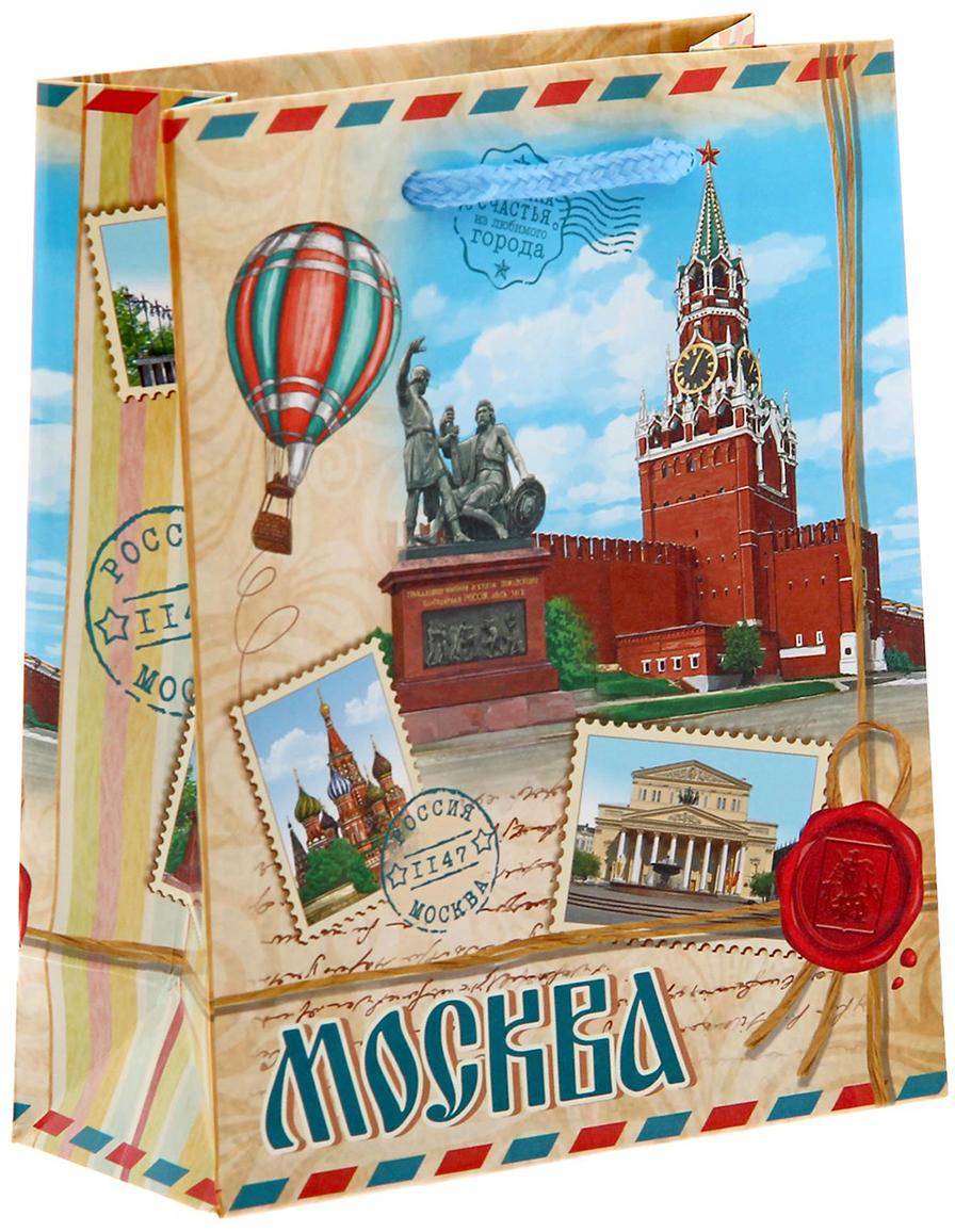 Вы привозите родным и близким сувениры из путешествий? Оформить подарок поможет эксклюзивная упаковка с символикой города. Ламинированный бумажный пакет - один из самых популярных видов подарочной упаковки. Он красивый, прочный и надежный. Изделие выдержит вес до 1 кг. На пакете изображены достопримечательности Москвы, столицы России. Город основан в 1147 году князем Юрием Долгоруким. Главным символом Москвы является Кремль - сердце страны, древнейшая резиденция всех правителей и сокровищница, которая хранит память о многих событиях и людях, создававших судьбу России. Такой пакет станет достойным обрамлением любого подарка.