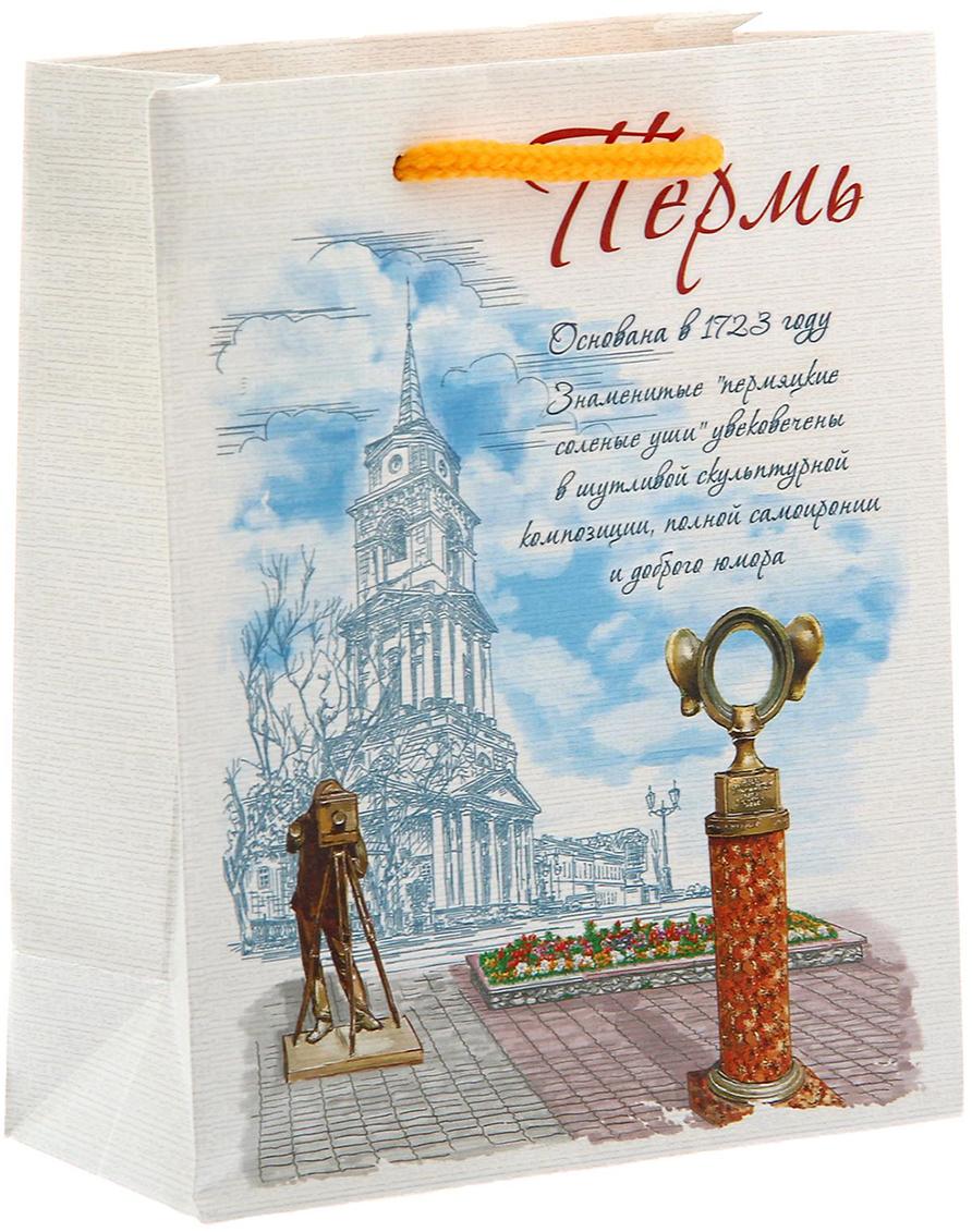 Пакет подарочный Пермь, цвет: белый, 5 х 11 х 14 см. 11272691127269Вы привозите родным и близким сувениры из путешествий? Оформить подарок поможет эксклюзивная упаковка с символикой любимого города. Ламинированный бумажный пакет - один из самых популярных видов подарочной упаковки. Он красивый, прочный и надежный. Изделие выдержит вес до 1 кг. На пакете изображена Пермь. Прогулявшись однажды по ней, вы надолго запомните живописные пейзажи Камы. Бескрайние леса, тайна исчезновения древних народов Пармы, мистические звериные боги. . . Все это будоражит воображение каждого, кто прикоснулся к загадочной ауре города. А неповторимые достопримечательности Легенда о пермском медведе и Пермяк - соленые уши поддерживают дух города. Такой пакет станет достойным обрамлением и элегантным завершением любого подарка.