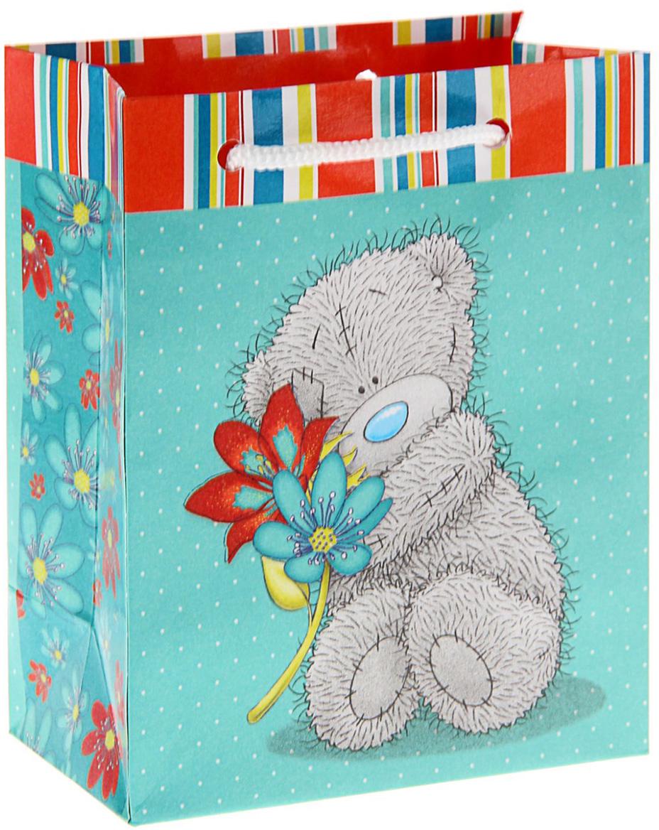 Пакет подарочный Me to You Мишутка с цветком, цвет: бирюзовый, 14,5 х 11,5 х 6,5 см. 12576111257611Любой подарок не обойдется без праздничного сопровождения. Удивить представительниц прекрасной половины человечества сюрпризом поможет подарочная упаковка Me to You. Мишки Тедди считаются одними из первых плюшевых игрушек. Уже более сотни лет эти игрушки радуют детей и взрослых по всему миру. По легенде, президент Теодор Рузвельт подстрелил на охоте медведя, и карикатуры на это событие облетели все газеты. На основе этих рисунков был создан плюшевый мишка, получивший имя американского президента Теодора, сокращенно - Тедди. Подарите близкому человеку тепло своего сердца, воплотив его не только в сюрпризе, но и в упаковке - подарочном пакете с изображением наивного и милого медвежонка.