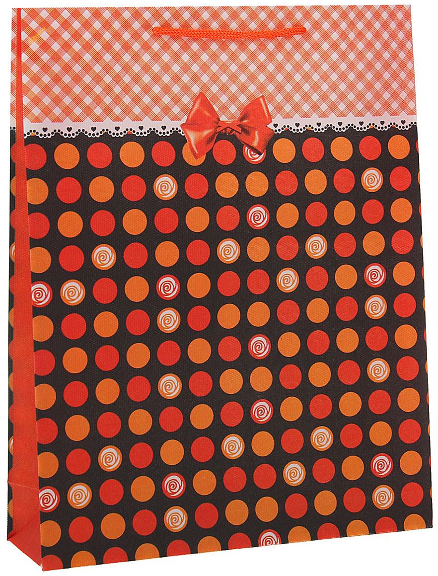 Пакет подарочный Кружочки, цвет: оранжевый, 23 х 27 х 8 см. 15586561558656Любой подарок начинается с упаковки. Что может быть трогательнее и волшебнее, чем ритуал разворачивания полученного презента. И именно оригинальная, со вкусом выбранная упаковка выделит ваш подарок из массы других. Она продемонстрирует самые теплые чувства к виновнику торжества и создаст сказочную атмосферу праздника - это то, что вы искали.