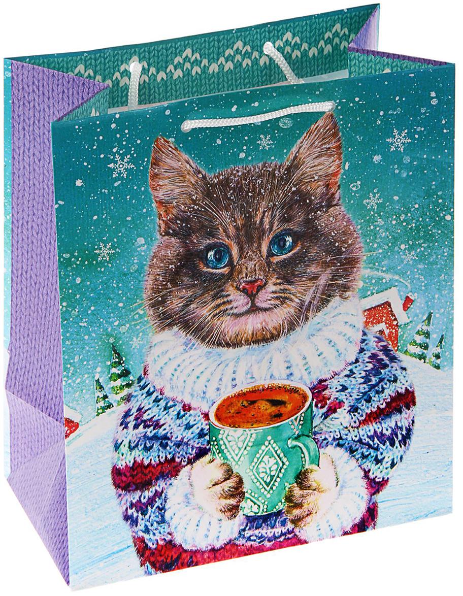 Пакет подарочный Арт и Дизайн Котофеич, цвет: мультиколор, 24 х 20,3 х 11,5 см. 16061441606144Любой подарок начинается с упаковки. Что может быть трогательнее и волшебнее, чем ритуал разворачивания полученного презента. И именно оригинальная, со вкусом выбранная упаковка выделит ваш подарок из массы других. Она продемонстрирует самые теплые чувства к виновнику торжества и создаст сказочную атмосферу праздника - это то, что вы искали. Невозможно представить нашу жизнь без праздников! Мы всегда ждем их и предвкушаем, обдумываем, как проведем памятный день, тщательно выбираем подарки и аксессуары, ведь именно они создают и поддерживают торжественный настрой - это отличный выбор, который привнесет атмосферу праздника в ваш дом!