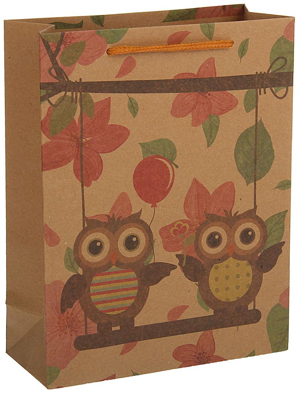 Пакет подарочный, цвет: коричневый, 33 х 24 х 8 см. 18492291849229Любой подарок начинается с упаковки. Что может быть трогательнее и волшебнее, чем ритуал разворачивания полученного презента. И именно оригинальная, со вкусом выбранная упаковка выделит ваш подарок из массы других. Она продемонстрирует самые теплые чувства к виновнику торжества и создаст сказочную атмосферу праздника - это то, что вы искали.