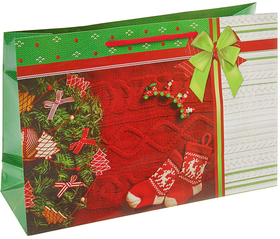Пакет подарочный Носочки, цвет: мультиколор, 36 х 12 х 24,5 см. 27923712792371Невозможно представить нашу жизнь без праздников! Мы всегда ждем их и предвкушаем, обдумываем, как проведем памятный день, тщательно выбираем подарки и аксессуары, ведь именно они создают и поддерживают торжественный настрой. Пакет подарочный Носочки - это отличный выбор, который привнесет атмосферу праздника в ваш дом!Любой подарок начинается с упаковки. Что может быть трогательнее и волшебнее, чем ритуал разворачивания полученного презента. И именно оригинальная, со вкусом выбранная упаковка выделит ваш подарок из массы других. Она продемонстрирует самые теплые чувства к виновнику торжества и создаст сказочную атмосферу праздника. Пакет подарочный Носочки - это то, что вы искали.
