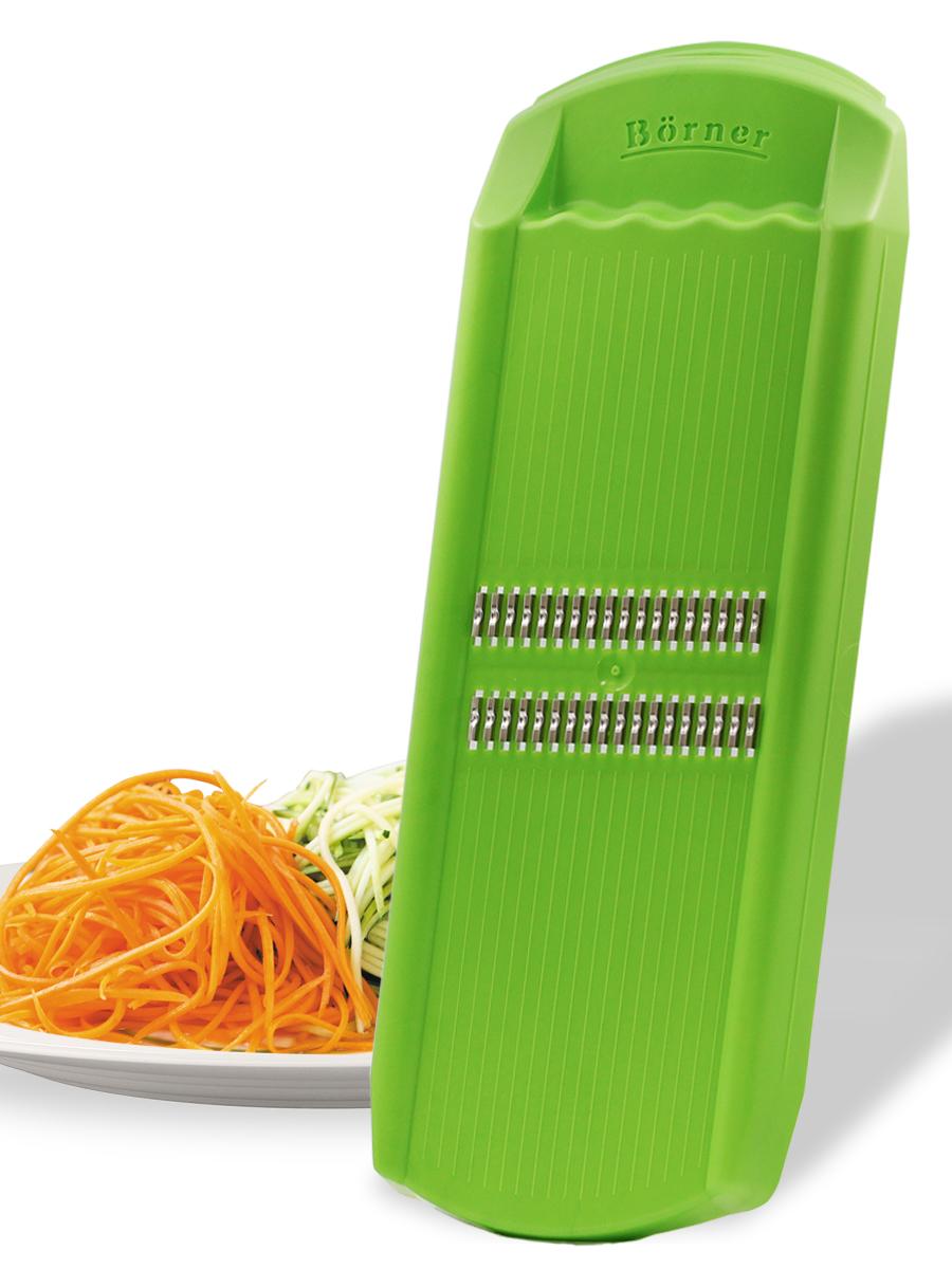 """Овощерезка немецкого завода Borner """"Роко"""" из модельного ряда """"Тренд"""" уже 20 лет известна российскому покупателю. Она делает несколько видов нарезки, но наиболее популярна нарезка тонкой соломкой, которую мы традиционно называем """"корейская морковь"""", а европейцы называют """"жульен"""". Толщина соломки равна 1,6 мм при круглом сечении. Этот способ нарезки даёт возможность делать салаты в наиболее нежной консистенции и ускоряет время приготовления горячих блюд. Виды нарезки: тонкая длинная соломка толщиной 1,6 мм (классическая корейская морковка), тонкая короткая соломка (приготовление нежных салатов из редиса, огурца, моркови, яблока, перца, подготовка овощей для пережарки), мелкая крошка (шинковка лука или капусты для пирожков, котлет, зраз), мелкая стружка (натирание сыра для пасты или шоколада для тортов). Важная особенность: для классической нарезки типа """"морковь по-корейски"""" рекомендуется резать плод только в одном направлении и работать обязательно с плододержателем (продаётся отдельно). Также рекомендуем установить тёрку на специальный судок (продаётся отдельно)."""