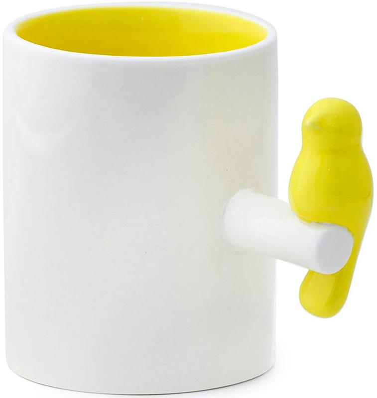 Кружка Balvi Tweet, цвет: желтый, белый, 300 мл. 2665726657На любой кухне можно встретить кружки, но не каждая из них может кроме функциональности нести еще и дизайнерские нотки. Кружка Tweet от испанского бренда Balvi сочетает в себе обе эти функции.Вместительный объем позволяет с комфортом использовать ее для любых напитков. Но кроме этого присутствует и интересный дизайн – классическая форма, наружный белый цвет необычно сочетается с внутренней желтой поверхностью и ручкой в виде яркой желтой птички на ветке. Форма ручки позволяет эргономично обхватить кружку и быстро согреть руки холодным зимним вечером. Кружка Tweet не только обладает ярким визуальным эффектом, но и притягивает взгляды.• Необычный и оригинальный дизайн• Практичность и удобство использования• Экологичный материал – керамика• Простота ухода.
