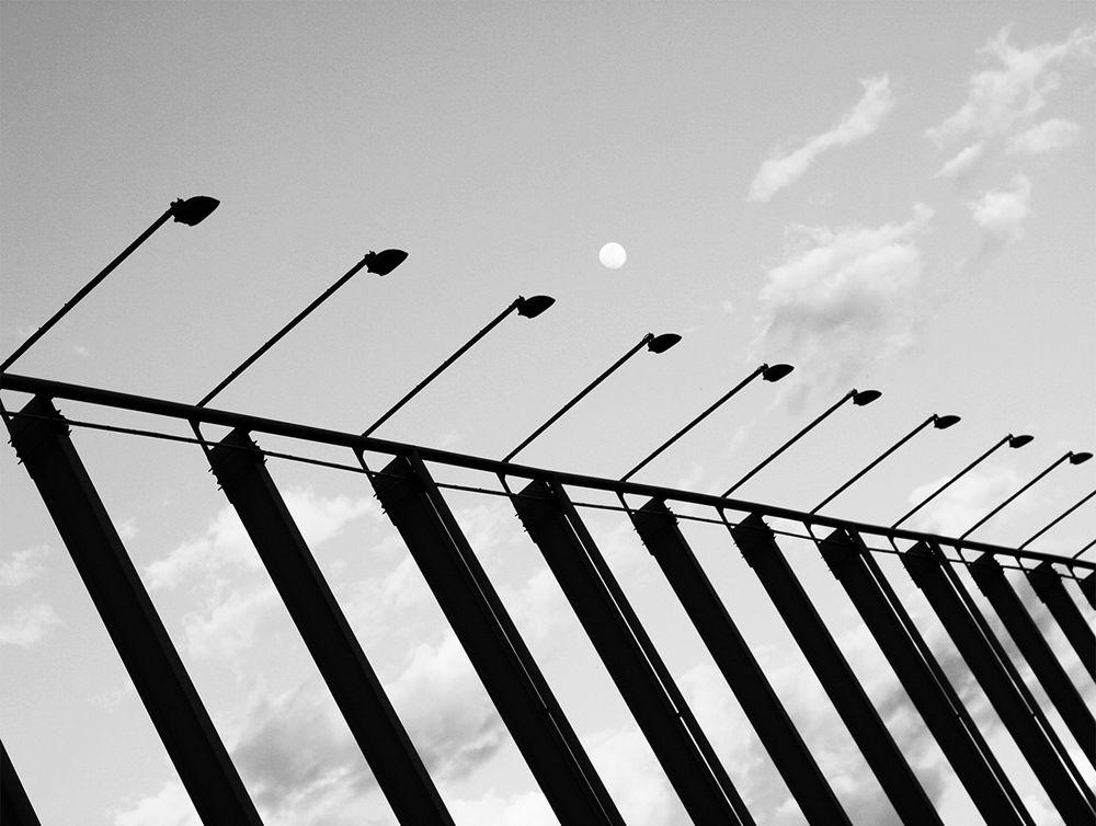 Постер с черно-белой фотографией Барселоны станет отличным украшением интерьера. Рама не входит в стоимость. Превью является примером размещения в интерьере.