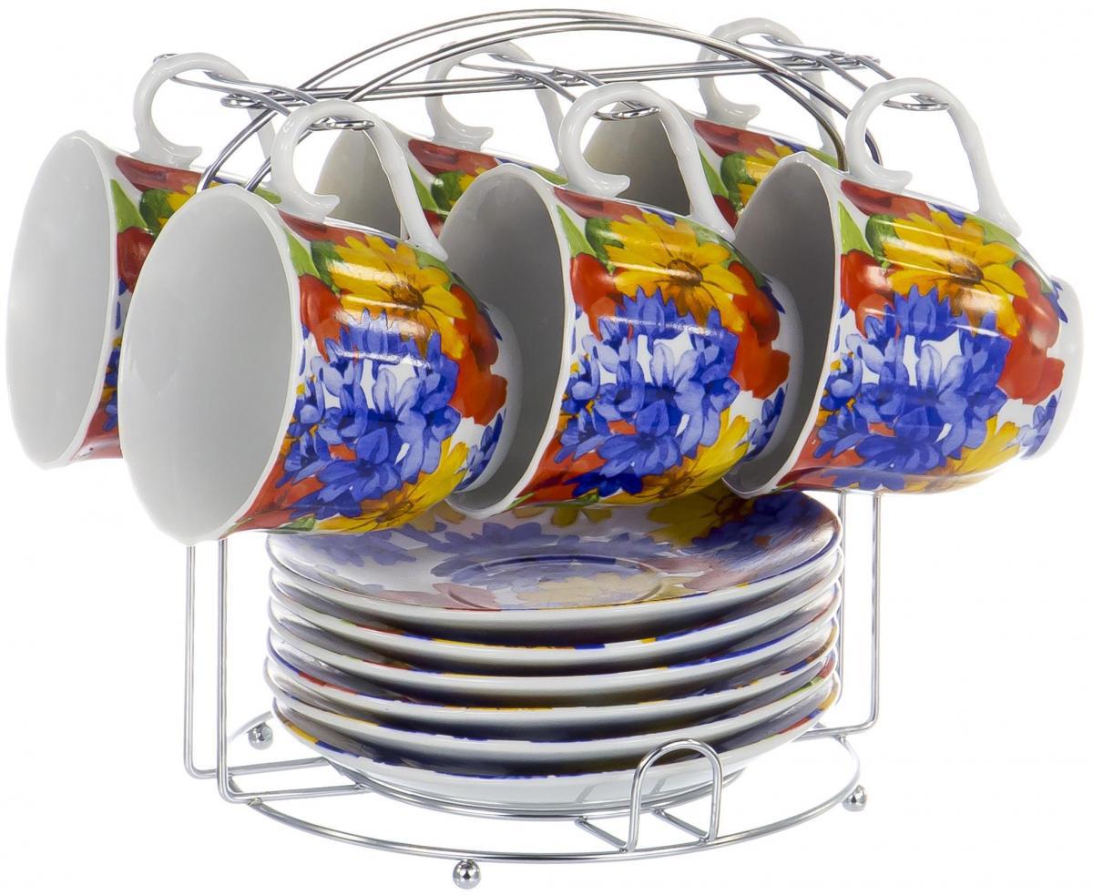 Набор чайный Olaff Metal Stand, 13 предметов. DL-F6MS-193DL-F6MS-193Чайный набор Metal Stand на шесть персон включает в себя шесть чашек 220 мл, шесть блюдец и металлическую подставку для удобного хранения, которая позволит сэкономить место на кухне. Посуда выполнена из качественного фарфора и декорирована жизнерадостным цветочным рисунком. Демократичный набор для повседневного использования и семейных посиделок.
