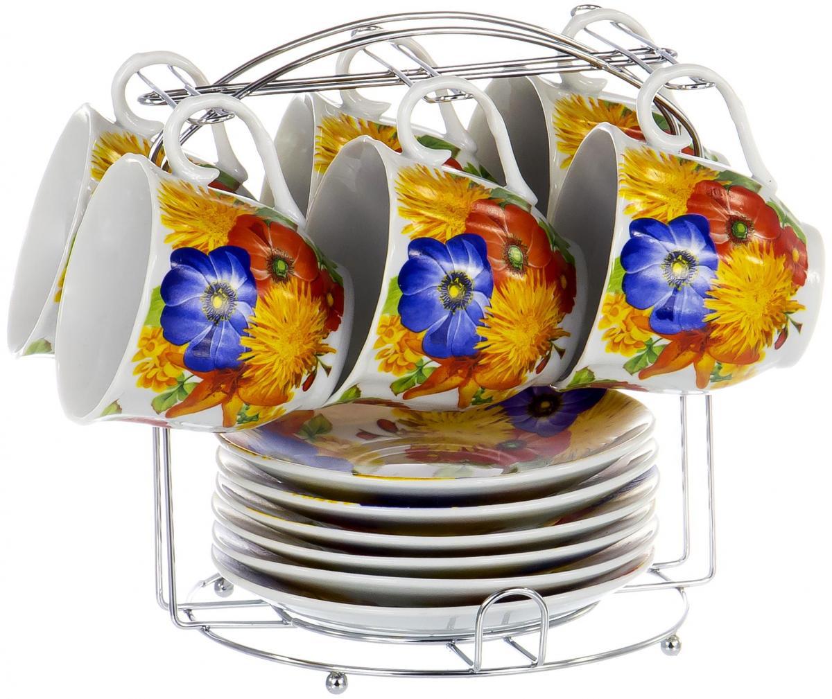 Набор чайный Olaff Metal Stand, 13 предметов. DL-F6MS-199DL-F6MS-199Чайный набор Metal Stand на шесть персон включает в себя шесть чашек 220 мл, шесть блюдец и металлическую подставку для удобного хранения, которая позволит сэкономить место на кухне. Посуда выполнена из качественного фарфора и декорирована жизнерадостным цветочным рисунком. Демократичный набор для повседневного использования и семейных посиделок.