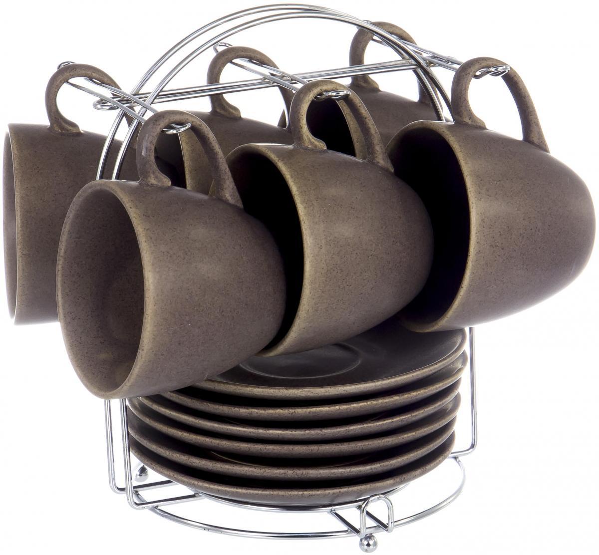 """Чайный набор """"Крошка"""" на шесть персон включает в себя шесть чашек 220 мл, шесть блюдец и металлическую подставку, которая позволит сэкономить место на кухне. Посуда выполнена из керамики и глазурью цвета кофе с молоком. Стильный набор для повседневного использования и семейных посиделок."""