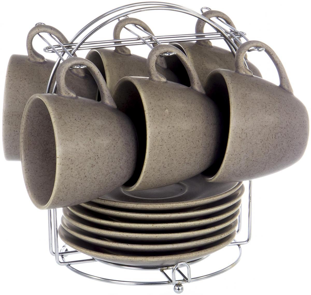 Набор чайный Elrington Крошка, 13 предметов. FJH-10395T-A203FJH-10395T-A203Чайный набор Крошка на шесть персон включает в себя шесть чашек 220 мл, шесть блюдец и металлическую подставку, которая позволит сэкономить место на кухне. Посуда выполнена из керамики и покрыта глазурью цвета мокко. Стильный набор для повседневного использования и семейных посиделок.