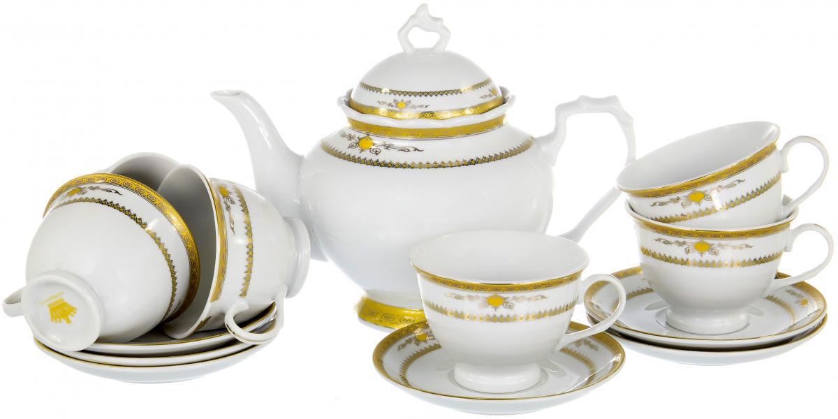 """Чайный набор """"Square Gift Box"""" на шесть персон включает в себя шесть чашек 220 мл, шесть блюдец и заварочный чайник 1200 мл. Посуда выполнена из качественного фарфора и декорирована золотистым орнаментом. Демократичный набор для повседневного использования и семейных посиделок."""