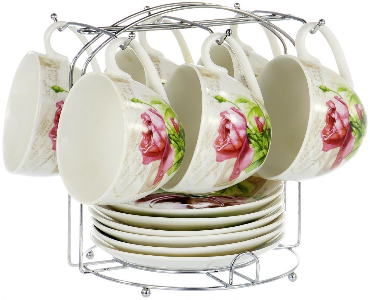 """Чайный набор """"Nbc"""" на шесть персон включает в себя шесть чашек 220 мл, шесть блюдец и металлическую подставку для удобного хранения, которая позволит сэкономить место на кухне. Посуда выполнена из качественного фарфора и декорирована жизнерадостным цветочным рисунком. Демократичный набор для повседневного использования и семейных посиделок."""