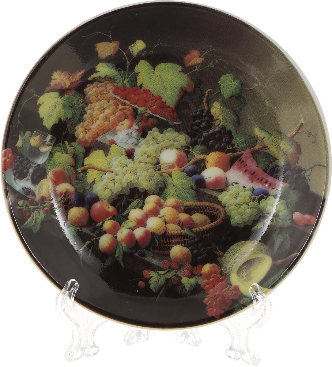 """Декоративная тарелка Elan Gallery """"Натюрморт с фруктами"""", изготовленная из фарфора, станет необыкновенным подарком и прекрасным украшением вашего интерьера.  Тарелка оснащена петелькой для подвешивания, а также ее можно разместить на пластиковой подставке, которая входит в комплект."""