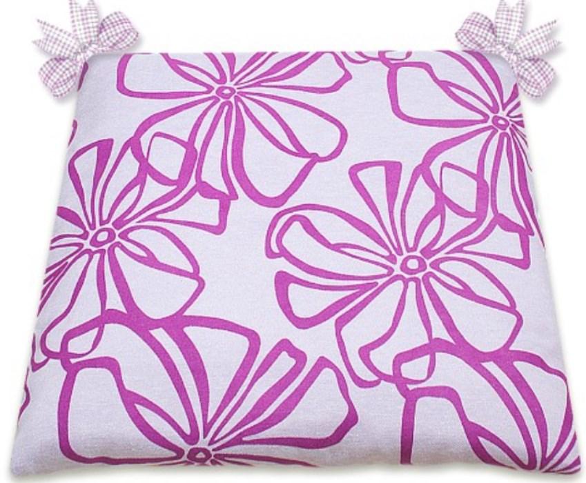 Универсальный размер этой подушки позволяет использовать ее как для табуреток, так и для стульев. Для крепления используются две ленты. Подушка легко стирается.
