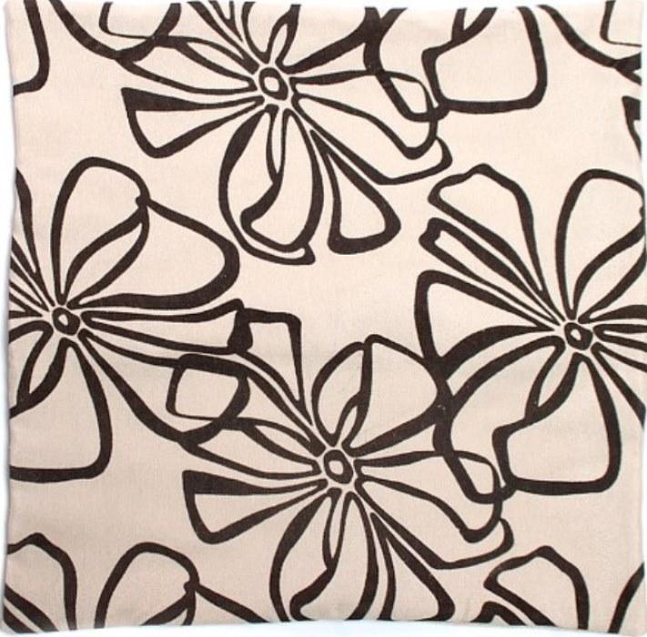 Декоративная наволочка из полиэстера льняного цвета с набивным рисунком в виде крупных цветов дополнит как классический, так и модерновый интерьер вашей комнаты. Для вставки в подушку предусмотрена молния, закрытая клапаном из ткани. Легко стирается.