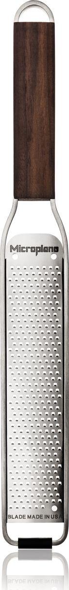 Microplane всегда старается подобрать идеальное сочетание стиля и качества, благодаря своему опыту компания запустила новую эксклюзивную коллекцию MASTER SERIES. MASTER SERIES отличается уникальным и стильным дизайном, ручка изготовлена из дерева, лезвие – нержавеющая сталь. Лезвия терок производятся в Америке. Каждая терка из MASTER SERIES идет в индивидуальной подарочной упаковке. - Ультра-острое лезвие из нержавеющей стали. - Элегантная ручка из дерева грецкого ореха сделана в США. - Размеры: 31 x 3,9 x 1,5 см - Режущая поверхность: 16,3 х 3,3 см  Терка для цедры и сыра подходит для продуктов: - сыр - имбирь  - чеснок  - специи  - шоколад  - орехи  - цитрусовые - острый перец - лук.  Лезвие из нержавеющей 302 стали, прошедшее лазерную обработку для невероятной устойчивости к повреждениям. Приятная на ощупь и надежная для захвата стальная рукоятка, прорезиненная по краям. Коллекция Master от Microplane – это функциональность и элегантность. Особенности коллекции Master: - Деревянная ручка - Лезвие – нержавеющая сталь - Силиконовая ножка для устойчивости - Индивидуальная подарочная упаковка - Не рекомендуется использовать в посудомоечной машине.