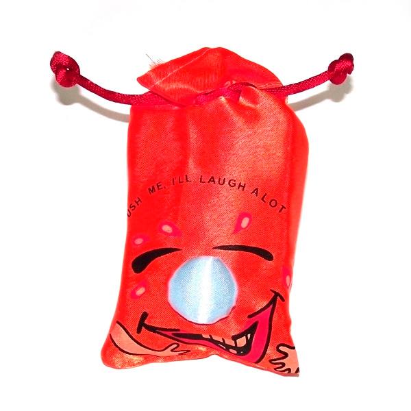 Мешочек со смехом - это отличный подарок людям с чувством юмора. Является замечательным антидепрессантом и заряжает окружающих позитивом. При нажатии раздается заразительных хохот.  Звуковой модуль работает от трех батареек типа таблетка, входящих в комплект поставки.  Bec : 0,039 кг.  Размеры упаковки: 15 x 20 x 6 см.  Размеры мешочка: 15 х 8 х 5 см.