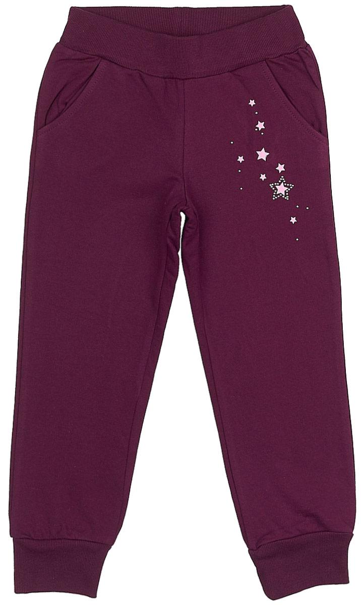 Брюки для девочки Frutto Rosso, цвет: фиолетовый. FRG72131. Размер 110FRG72131Комфортные брюки с начесом выполнены из 100% хлопка. Детали: карманы с отрезным бочком, брючины оформлены манжетом, принт выполнен шелкографным способом, стразы.