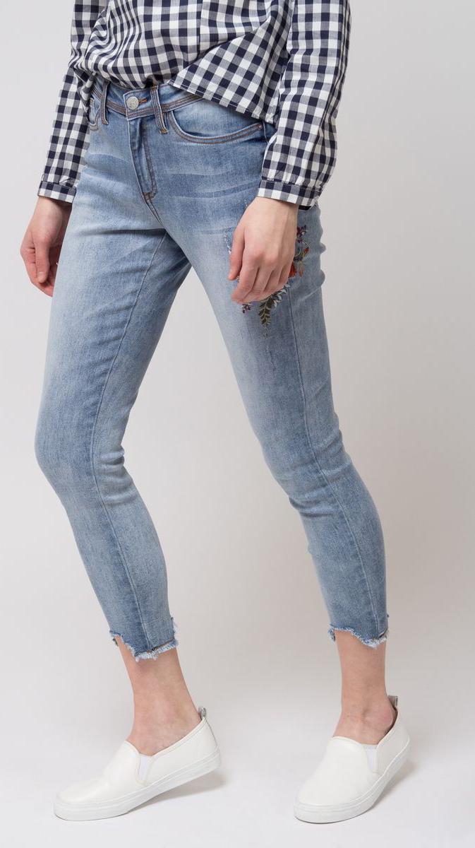 Джинсы женские Sela, цвет: голубой. PJ-335/004-8112. Размер 29-32 (46-32)PJ-335/004-8112Укороченные джинсы от Sela выполнены из эластичного хлопкового денима. Модель зауженного кроя в поясе застегивается на пуговицу, имеет ширинку на молнии и шлевки для ремня. Джинсы имеют классический пятикарманный крой. Изделие оформлено потертостями, рваными эффектами и вышивкой. Брючины имеют ассиметричный необработанный край.