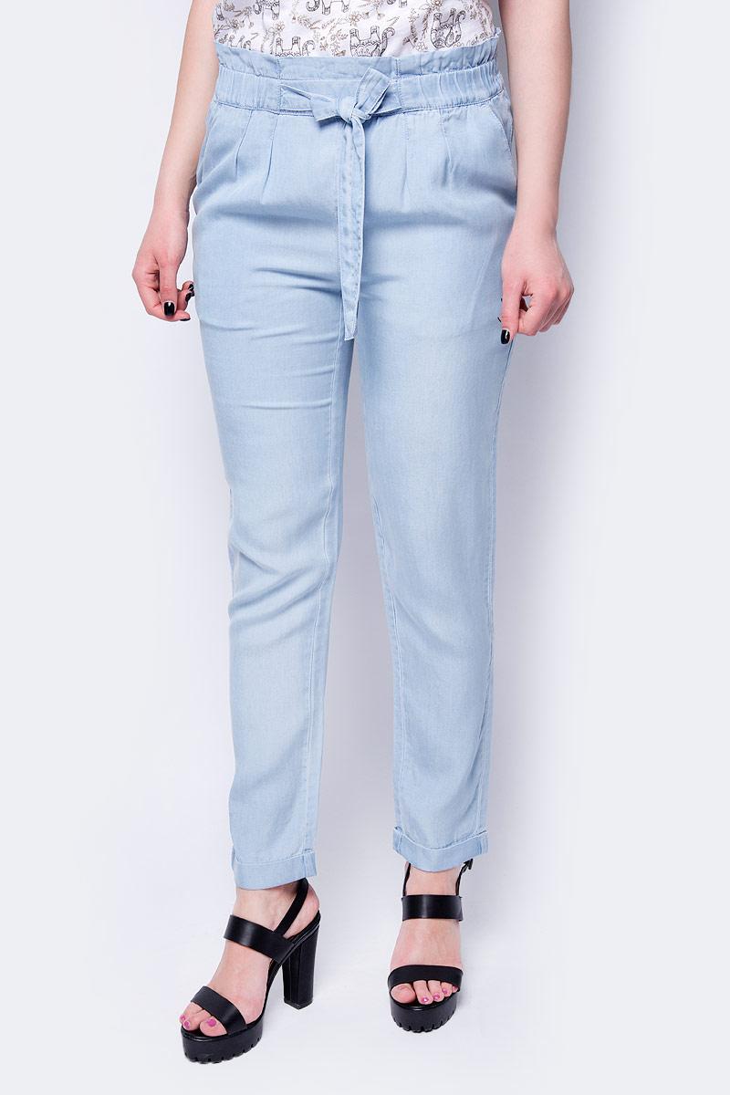 Брюки женские Sela, цвет: светло-голубой джинс. P-115/603-8283. Размер 50P-115/603-8283Стильные женские брюки Sela - это изделие высочайшего качества, которое превосходно сидит и подчеркнет все достоинства вашей фигуры. Брюки стандартной посадки выполнены из вискозы, что обеспечивает комфорт и удобство при носке. Брюки имеют широкую эластичную резинку на поясе и дополнены завязкой, которая обеспечивает надежную и удобную посадку. Брюки дополнены двумя втачными карманами спереди.Эти модные и в то же время комфортные брюки послужат отличным дополнением к вашемугардеробу и помогут создать неповторимый современный образ.