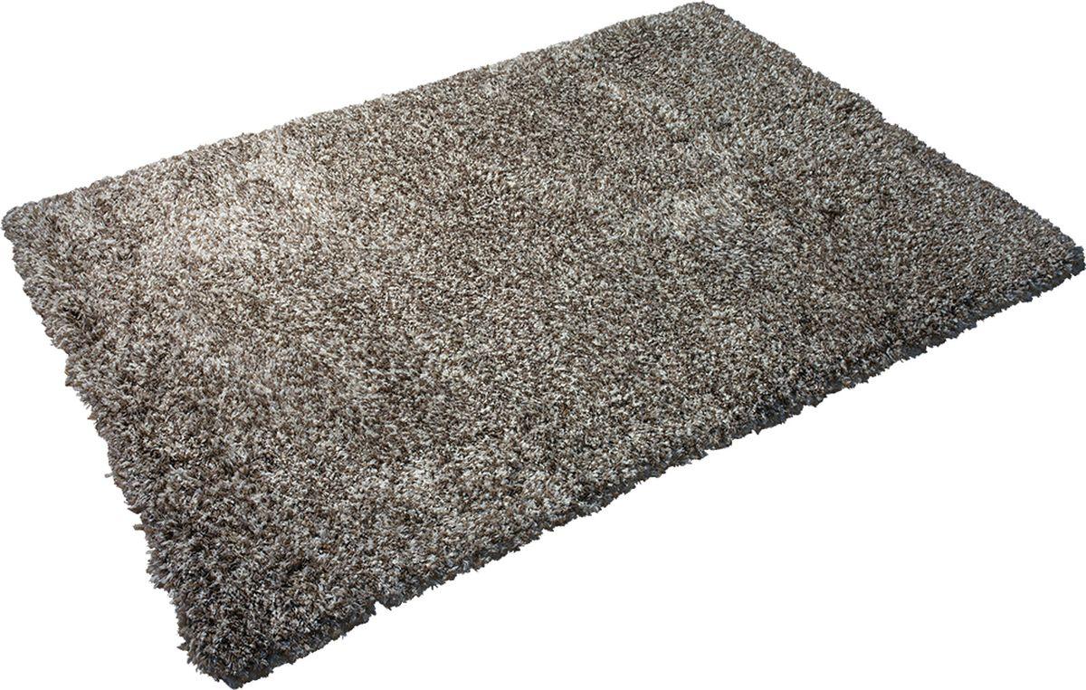 Благодаря высокой износоустойчивости полиэстера ковер можно стелить не только в гостиной и спальне, но и в зонах с высокой проходимостью, например, в коридоре, прихожей и на лестнице. Устойчив к образованию пятен, цвет не выгорает под воздействием солнечных лучей, хорошо держит тепло, очень мягкий и приятный на ощупь. Высота ворса 5 см. Материал: ворс полиэстер, подложка хлопок.