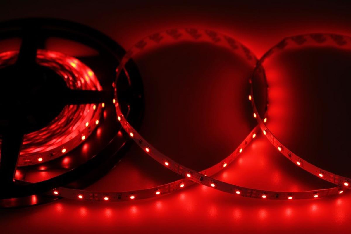Светодиодная лента - гибкая лента на самоклеящейся основе, на которой установлены светодиоды. Может использоваться в подсветке интерьеров, изготовлении световых рекламных конструкций и пр. Работает от напряжения 12 В, поэтому при подключении к обычной бытовой сети 220 В потребуется источник питания 12 В. • Светодиодная лента 12 В поставляется в катушках длиной 5 м.• Следуя несложной инструкции, можно легко отрезать и подключить ленту нужной длины (модуль резки 50 мм). Монтаж ленты осуществляется вручную с помощью дополнительных аксессуаров (профиль, коннекторы, диммеры) и не требует специальной квалификации.• Степень влагозащиты IP 23 - без влагозащиты, для установки внутри помещений. • 60 диодов/метр.• 4-5 Лм/диод.
