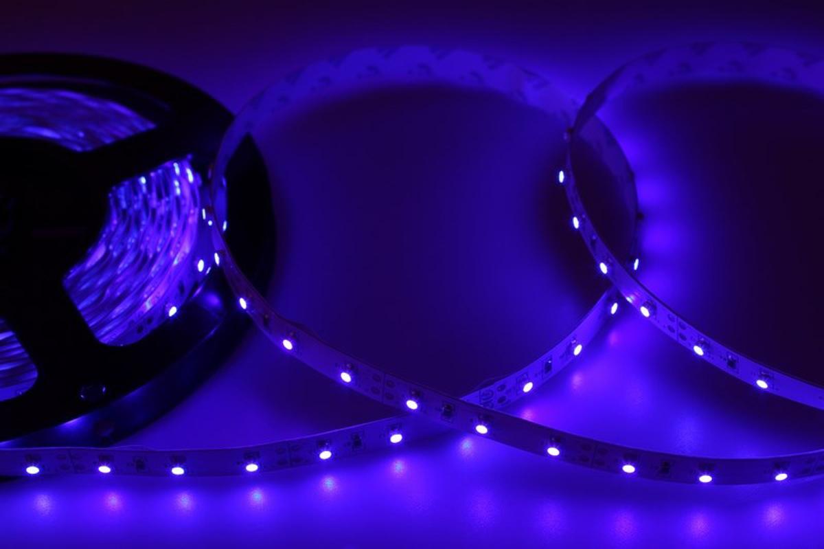 Светодиодная лента - гибкая лента на самоклеящейся основе, на которой установлены светодиоды. Может использоваться в подсветке интерьеров, изготовлении световых рекламных конструкций и пр. Работает от напряжения 12 В, поэтому при подключении к обычной бытовой сети 220 В потребуется источник питания 12 В.  • Светодиодная лента 12 В поставляется в катушках длиной 5 м • Следуя несложной инструкции, можно легко отрезать и подключить ленту нужной длины (модуль резки 50 мм). Монтаж ленты осуществляется вручную с помощью дополнительных аксессуаров (профиль, коннекторы, диммеры) и не требует специальной квалификации. • Степень влагозащиты IP 23 - без влагозащиты, для установки внутри помещений. • 60 диодов/метр • 4-5 Лм/диод