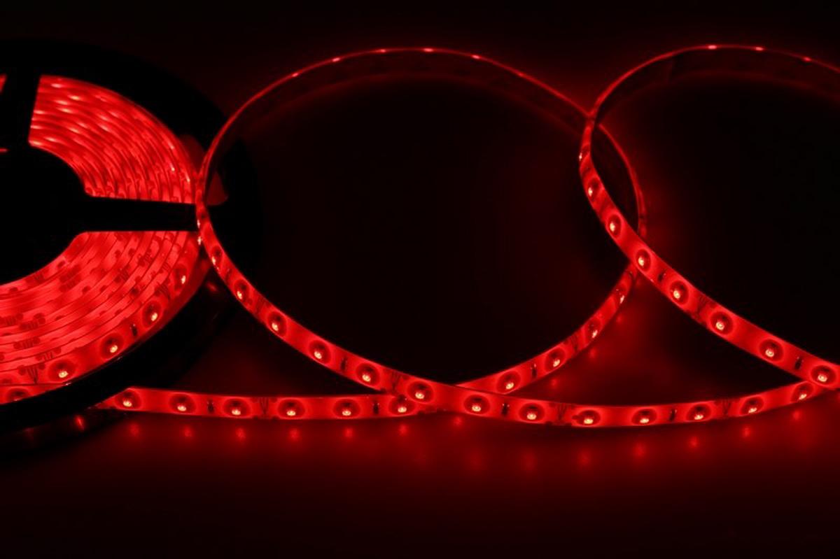 Светодиодная лента - гибкая лента на самоклеящейся основе, на которой установлены светодиоды. Может использоваться в подсветке интерьеров, изготовлении световых рекламных конструкций и пр. Работает от напряжения 12 В, поэтому при подключении к обычной бытовой сети 220 В потребуется источник питания 12 В.  • Светодиодная лента 12 В поставляется в катушках длиной 5 м • Следуя несложной инструкции, можно легко отрезать и подключить ленту нужной длины (модуль резки 50 мм). Монтаж ленты осуществляется вручную с помощью дополнительных аксессуаров (профиль, коннекторы, диммеры) и не требует специальной квалификации. • Степень влагозащиты IP 65 - с влагозащитой • 60 диодов/метр • 4-5 Лм/диод