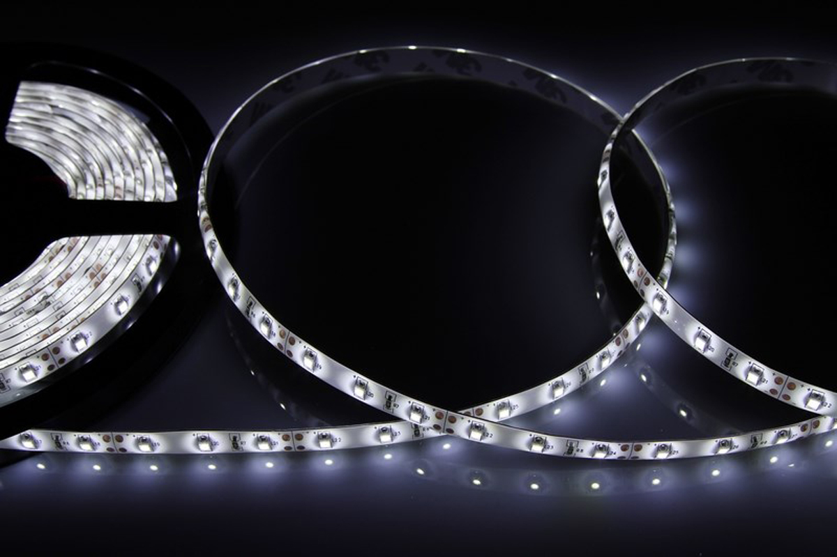 Светодиодная лента Neon-Night SMD 3528, силикон, 8 мм, IP65, 60 LED/m, 12V, цвет: белый141-355Светодиодная лента - гибкая лента на самоклеящейся основе, на которой установлены светодиоды. Может использоваться в подсветке интерьеров, изготовлении световых рекламных конструкций и пр. Работает от напряжения 12 В, поэтому при подключении к обычной бытовой сети 220 В потребуется источник питания 12 В.• Светодиодная лента 12 В поставляется в катушках длиной 5 м. • Следуя несложной инструкции, можно легко отрезать и подключить ленту нужной длины (модуль резки 50 мм). Монтаж ленты осуществляется вручную с помощью дополнительных аксессуаров (профиль, коннекторы, диммеры) и не требует специальной квалификации. • Степень влагозащиты IP 65 - с влагозащитой. • 60 диодов/метр. • 4-5 Лм/диод.
