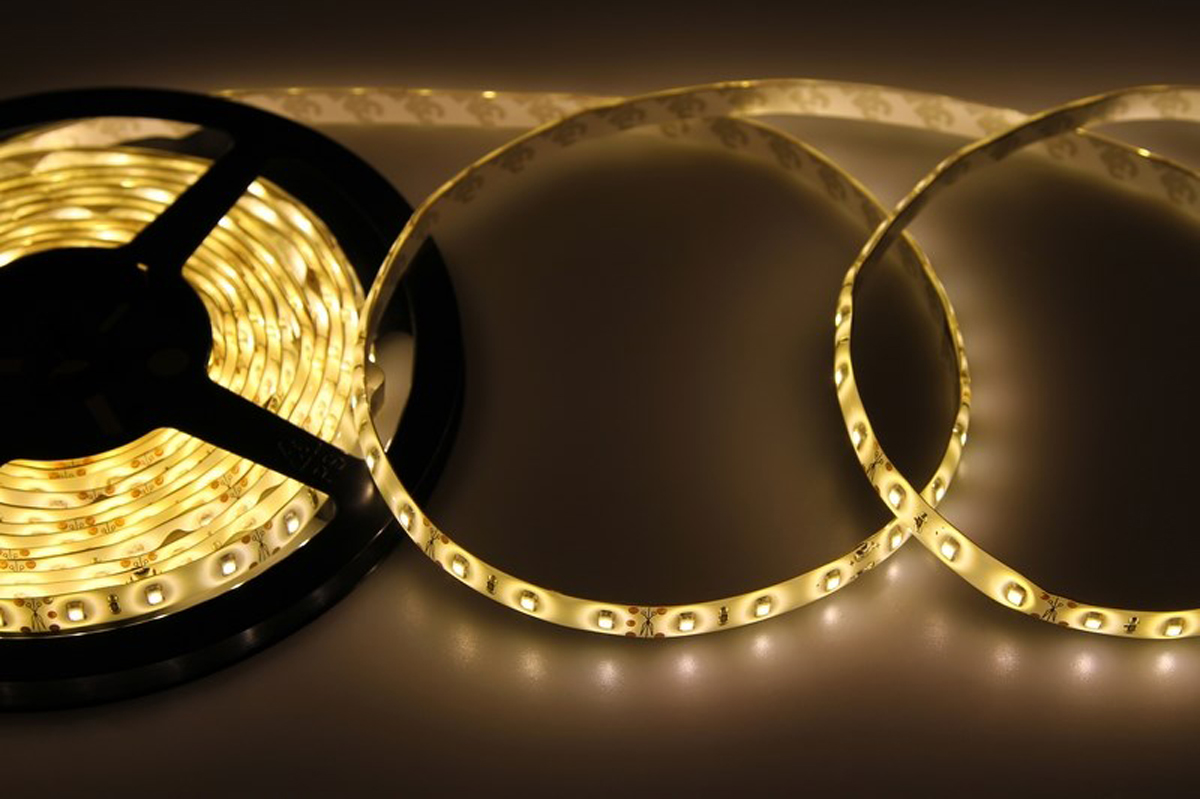 Светодиодная лента - гибкая лента на самоклеящейся основе, на которой установлены светодиоды. Может использоваться в подсветке интерьеров, изготовлении световых рекламных конструкций и пр. Работает от напряжения 12 В, поэтому при подключении к обычной бытовой сети 220 В потребуется источник питания 12 В.  • Светодиодная лента 12 В поставляется в катушках длиной 5 м. • Следуя несложной инструкции, можно легко отрезать и подключить ленту нужной длины (модуль резки 50 мм). Монтаж ленты осуществляется вручную с помощью дополнительных аксессуаров (профиль, коннекторы, диммеры) и не требует специальной квалификации. • Степень влагозащиты IP 65 - с влагозащитой. • 60 диодов/метр. • 4-5 Лм/диод.