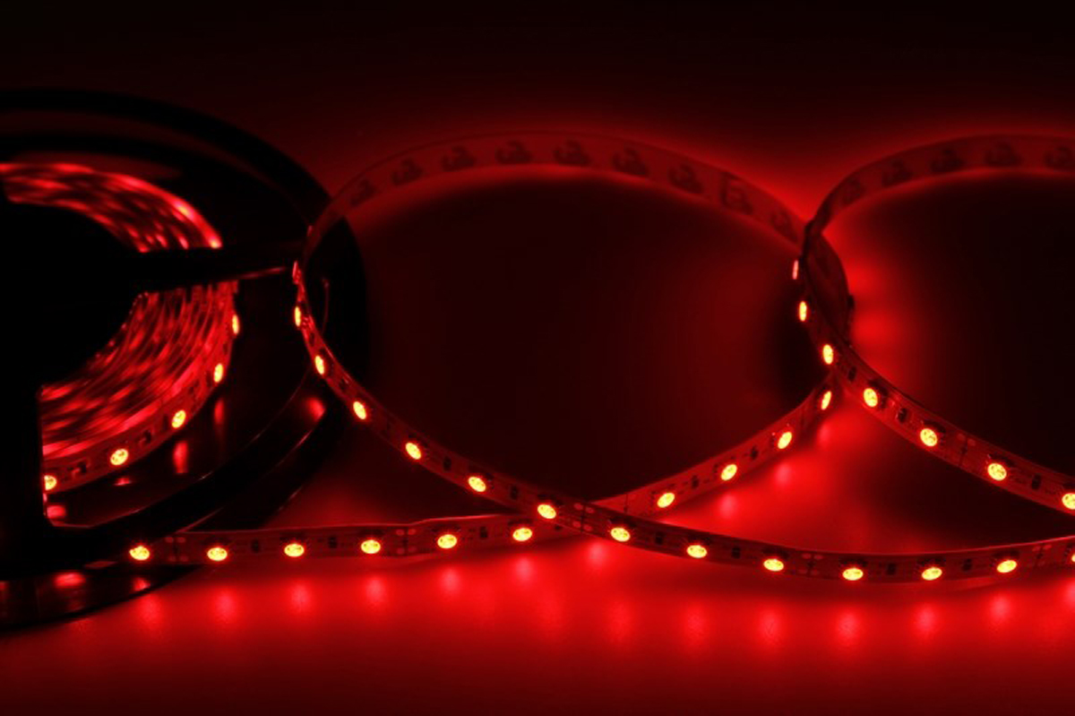 Светодиодная лента - гибкая лента на самоклеящейся основе, на которой установлены светодиоды. Может использоваться в подсветке интерьеров, изготовлении световых рекламных конструкций и прочее. Работает от напряжения 12 В, поэтому при подключении к обычной бытовой сети 220 В потребуется источник питания 12 В. • Светодиодная лента 12 В поставляется в катушках длиной 5 м• Следуя несложной инструкции, можно легко отрезать и подключить ленту нужной длины (модуль резки 50 мм). Монтаж ленты осуществляется вручную с помощью дополнительных аксессуаров (профиль, коннекторы, диммеры) и не требует специальной квалификации.• Степень влагозащиты IP 23 - без влагозащиты, для установки внутри помещений. • 60 диодов/метр• 12-14 Лм/диод