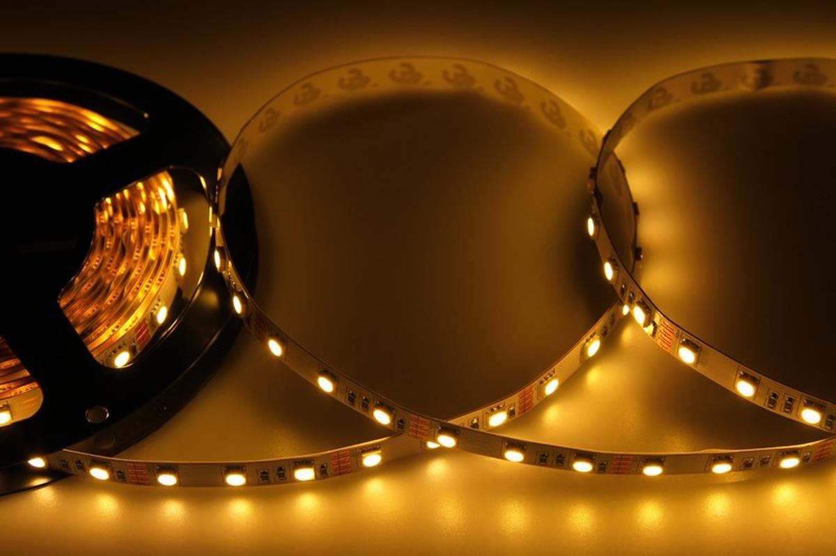 Светодиодная лента - гибкая лента на самоклеящейся основе, на которой установлены светодиоды. Может использоваться в подсветке интерьеров, изготовлении световых рекламных конструкций и пр. Работает от напряжения 12 В, поэтому при подключении к обычной бытовой сети 220 В потребуется источник питания 12 В.  • Светодиодная лента 12 В поставляется в катушках длиной 5 м. • Следуя несложной инструкции, можно легко отрезать и подключить ленту нужной длины (модуль резки 50 мм). Монтаж ленты осуществляется вручную с помощью дополнительных аксессуаров (профиль, коннекторы, диммеры) и не требует специальной квалификации. • Степень влагозащиты IP 23 - без влагозащиты, для установки внутри помещений.  • 60 диодов/метр. • 12-14 Лм/диод.