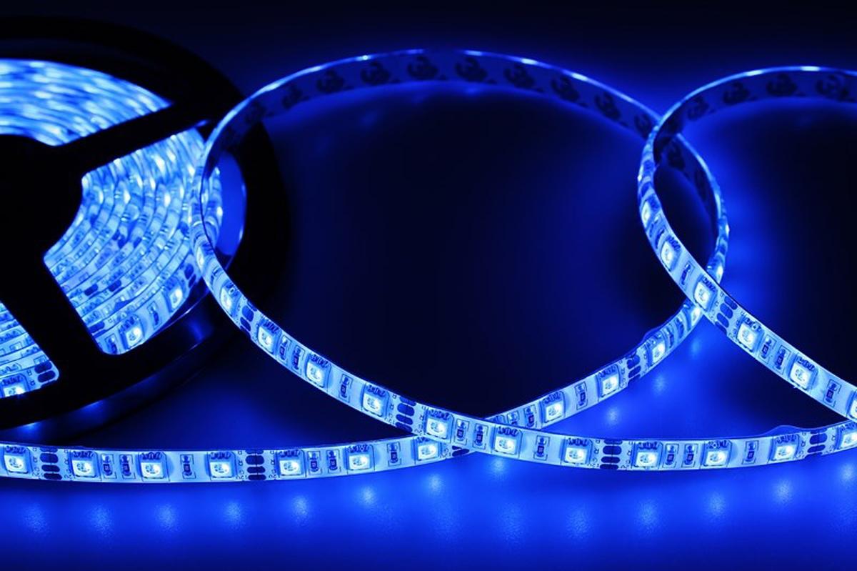 Светодиодная лента Neon-Night SMD 5050, силикон, 10мм, IP65, 60 LED/m, 12V, цвет: синий141-493Светодиодная лента - гибкая лента на самоклеящейся основе, на которой установлены светодиоды. Может использоваться в подсветке интерьеров, изготовлении световых рекламных конструкций и пр. Работает от напряжения 12 В, поэтому при подключении к обычной бытовой сети 220 В потребуется источник питания 12 В.• Светодиодная лента 12 В поставляется в катушках длиной 5 м • Следуя несложной инструкции, можно легко отрезать и подключить ленту нужной длины (модуль резки 50 мм). Монтаж ленты осуществляется вручную с помощью дополнительных аксессуаров (профиль, коннекторы, диммеры) и не требует специальной квалификации. • Степень влагозащиты IP 65 - с влагозащитой • 60 диодов/метр • 12-14 Лм/диод