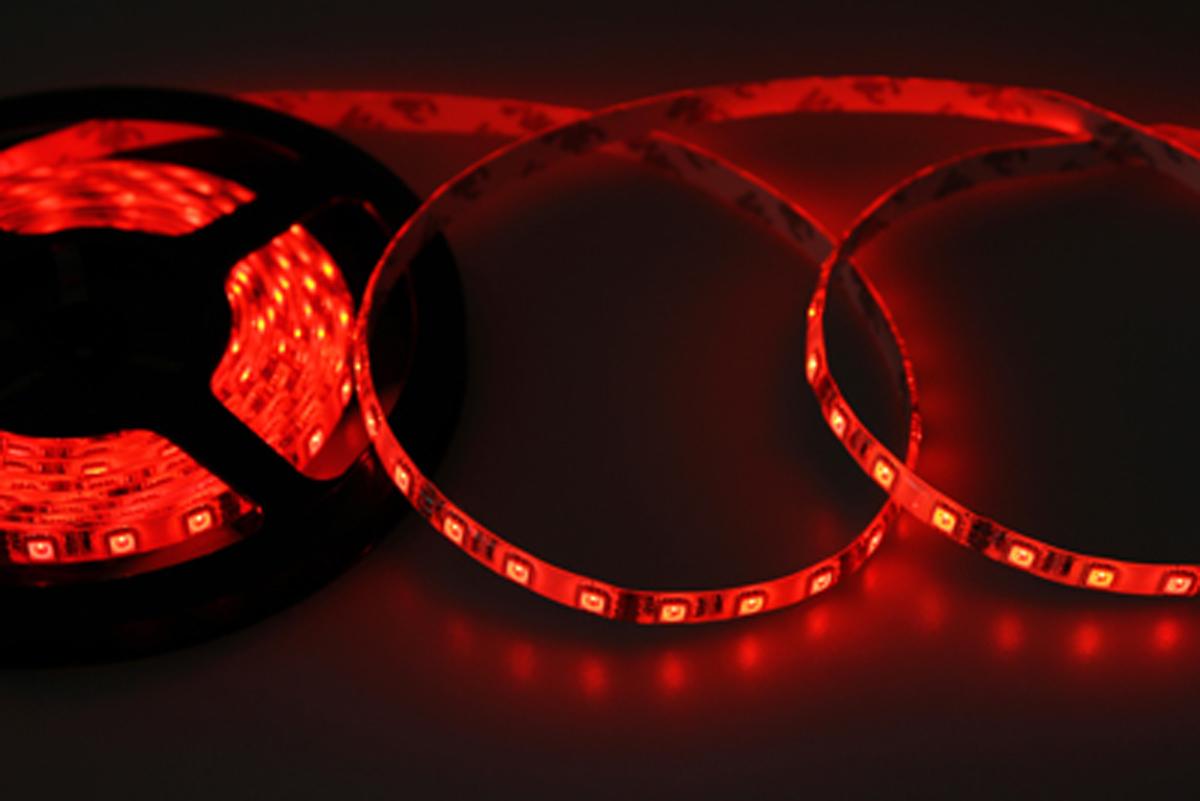 Светодиодная лента - гибкая лента на самоклеящейся основе, на которой установлены светодиоды. Может использоваться в подсветке интерьеров, изготовлении световых рекламных конструкций и пр. Работает от напряжения 12 В, поэтому при подключении к обычной бытовой сети 220 В потребуется источник питания 12 В.  • Светодиодная лента 12 В поставляется в катушках длиной 5 м. • Следуя несложной инструкции, можно легко отрезать и подключить ленту нужной длины (модуль резки 50 мм). Монтаж ленты осуществляется вручную с помощью дополнительных аксессуаров (профиль, коннекторы, диммеры) и не требует специальной квалификации. • Степень влагозащиты IP 65 - с влагозащитой. • 60 диодов/метр. • 12-14 Лм/диод.