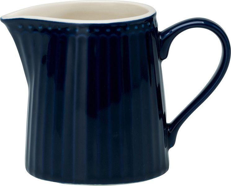 Молочник Alice dark blue – стильный кухонный аксессуар, незаменимый для любителей кофе с молоком. Великолепно смотрится как вазочка в тандеме с небольшим букетиком цветов. Базовая коллекция Alice создана для идеального сочетания посуды ранних и будущих коллекций Greengate. Впервые появилась в каталогах в 2016 году и с тех пор завоевала миллионы сердец своей универсальностью, насыщенными цветами и разнообразием посудной линейки. Alice dark blue – настоящая находка для тех, кто хочет освежить сервировку, придать ей благородные нотки классическим и глубоким синим цветом. Разнообразие предметов посуды в линейке позволяет коллекции быть как базой, так и связующим звеном с цветочными орнаментами коллекций Amanda indigo, Audrey indigo, Sally и с др.Объем - 250 млCтрана-производитель – Дания