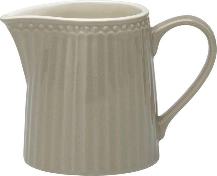 Молочник Alice warm grey – стильный кухонный аксессуар, незаменимый для любителей кофе с молоком. Великолепно смотрится как вазочка в тандеме с небольшим букетиком цветов. Базовая коллекция Alice создана для идеального сочетания посуды ранних и будущих коллекций Greengate. Впервые появилась в каталогах в 2016 году и с тех пор завоевала миллионы сердец своей универсальностью, насыщенными цветами и разнообразием посудной линейки. Сдержанный и теплый серый цвет Alice warm grey – универсальный для сочетания как внутри коллекции Alice, так и с традиционными цветочными принтами Greengate. Выполнена из высококачественного фарфора, устойчивого к сколам, допускается использование в посудомоечной машине и микроволновой печи. Коллекция Alice – это беспроигрышный вариант как для знакомства с коллекционной посудой Greengate, так и для принципа «mix and match» (смешивай и сочетай).Объем - 250 млCтрана-производитель – Дания