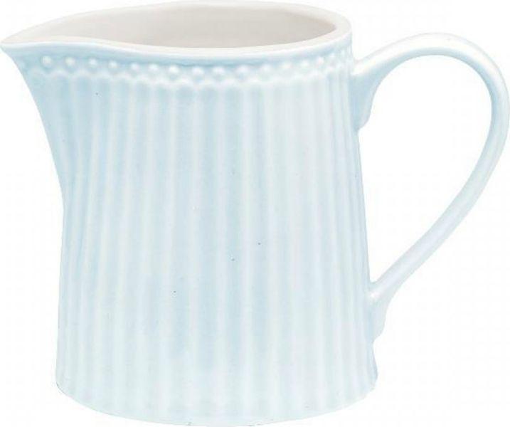 Молочник Alice pale blue – стильный кухонный аксессуар, незаменимый для любителей кофе с молоком. Великолепно смотрится как вазочка в тандеме с небольшим букетиком цветов. Базовая коллекция Alice создана для идеального сочетания посуды ранних и будущих коллекций Greengate. Впервые появилась в каталогах в 2016 году и с тех пор завоевала миллионы сердец своей универсальностью, зефирной нежностью и разнообразием посудной линейки. Коллекция Alice в пастельных тонах (pink, blue, green) превосходно сочетается как между собой, так и с классическими цветочными принтами, разбавляет их и облегчает композицию. Выполнена из высококачественного фарфора, устойчивого к сколам, допускается использование в посудомоечной машине и микроволновой печи. Коллекция Alice – это беспроигрышный вариант как для знакомства с коллекционной посудой Greengate, так и для принципа «mix and match» (смешивай и сочетай).Объем - 250 мл.Страна-производитель – Дания.