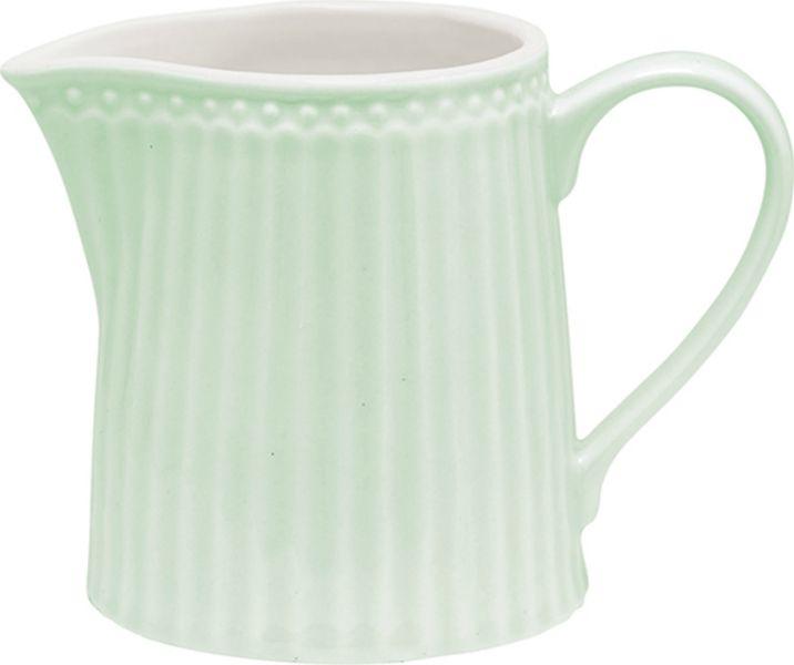 Молочник Alice pale green – стильный кухонный аксессуар, незаменимый для любителей кофе с молоком. Великолепно смотрится как вазочка в тандеме с небольшим букетиком цветов. Базовая коллекция Alice создана для идеального сочетания посуды ранних и будущих коллекций Greengate. Впервые появилась в каталогах в 2016 году и с тех пор завоевала миллионы сердец своей универсальностью, зефирной нежностью и разнообразием посудной линейки. Коллекция Alice в пастельных тонах (pink, blue, green) превосходно сочетается как между собой, так и с классическими цветочными принтами, разбавляет их и облегчает композицию. Солнечный желтый цвет Alice pale yellow в сервировке вносит свежесть и яркость погожего летнего денька. Выполнена из высококачественного фарфора, устойчивого к сколам, допускается использование в посудомоечной машине и микроволновой печи. Коллекция Alice – это беспроигрышный вариант как для знакомства с коллекционной посудой Greengate, так и для принципа «mix and match» (смешивай и сочетай).Объем - 250 млСтрана-производитель – Дания