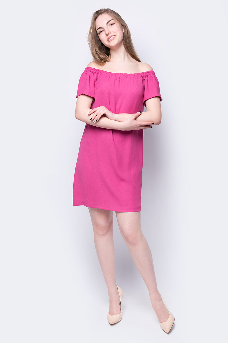 Платье_от_adL_выполнено_из_полиэстера._Модель_с_короткими_рукавами_и_открытыми_плечами.