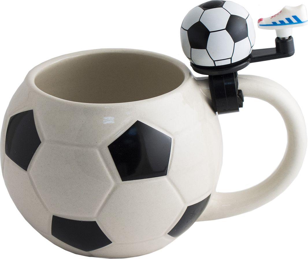 Пивная кружка футбол Кружка для болельщиков всемирно известной игры - это и памятный сувенир, напоминающий о важном матче, и верный спутник дружеских посиделок перед телевизором. Звонок в виде бутсы на ручке по вашему желанию сообщит, что напиток пора освежить или станет радостным сигналом победы. Материал: керамика, металл, пластик Упаковка картон Размеры кружки: 17х12х12 см Объём жидкости: 560 мл Размеры коробки: 16,5х12,5х14 см