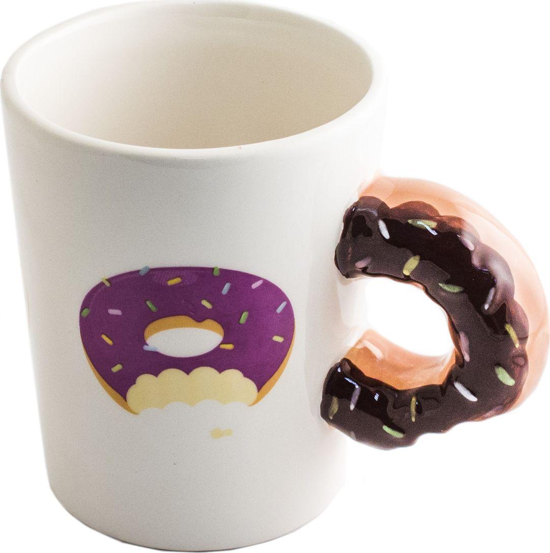 Кружка Эврика Пончик к чаю, цвет: белый98272Большая кружка с ручкой в виде надкусанного донатса и пончиковым принтом на корпусе - хороший подарок сладкоежкам. Ручная подглазурная роспись делает каждую кружку уникальной, а аппетитный дизайн продлит удовольствие от чаепития. Материал: керамика Упаковка картон Размер (см):13x11x9 Размеры упаковки: 13.5х9.5х11 см